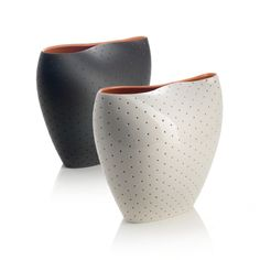 """Le Vase """" ALDO """", s'ajoute à la serie d'objets pour le salon dessinés par  Doriana et Massimiliano Fuksas, est fabriqué en porcelaine. La surface externe est criblée de trous, de sorte que la couche interne, de couleur différente, émerge à la vue. La partie supérieure du Vase est écrasée, pour former deux embouchures qui se prêtent bien à recevoir des compositions florales ou des tiges seules."""