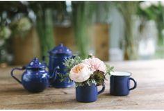 Taza esmaltada azul con flores