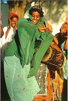 Buraanbur - One of many Somali cultural dances We Are The World, People Around The World, Baile Jazz, Somali Wedding, Horn Of Africa, Fierce Women, African Culture, Just Dance, Dance Sing