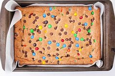 M&M's Cookie Bars - Chewy and Delicious! Mini Desserts, Easy Desserts, M M Cookies, Cookies Et Biscuits, Nutella Biscuits, Biscuit Recipe, Chocolate Cookies, Cookie Bars, How To Make Cake