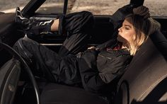 Actress Margot Robbie lands the November 2017 cover of W Magazine. Photographed by Craig McDean, the blonde stunner poses in a brown shirt from Calvin Klein… Margo Robbie, Margot Elise Robbie, Craig Mcdean, Atriz Margot Robbie, Actress Margot Robbie, Hollywood, Margot Robbie Photoshoot, Car Poses, Tonya Harding