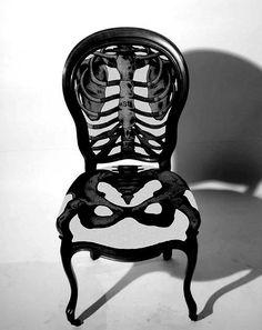 사람의 뼈모양이 그려진 의자로 앉았을때 뼈모양이 상상되어 재미있다.