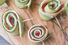 We hebben allemaal wel een struggles met het verzinnen van een gezonde lunch of snack. Deze Komkommer-Kiprolletjes zijn multi inzetbaar en verrukkelijk.