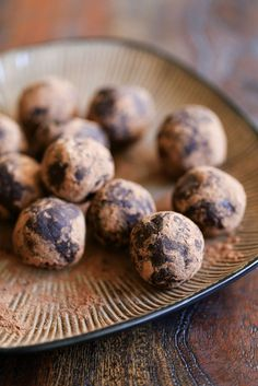 Delicious and super simple, quick and healthy Raw Chocolate Energy Balls with Amaretto! Gluten-free, vegan, paleo and refined-sugar free!