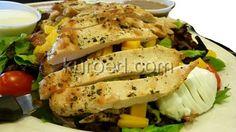 Салат с куриной грудкой, яйцом, дыней и помидорами