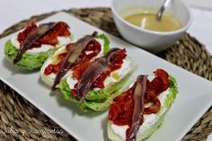 Cogollos con vinagreta de anchoas. Verá qué aperitivo puedes hacer en un momento teniendo como base unos cogollos de lechuga. Te apuntan cómo hacerlos desde el blog Julia y sus Recetas. Food T, Food And Drink, Mini Foods, Spanish Food, Crazy Cakes, Canapes, Savoury Dishes, Soup And Salad, Easy Meals