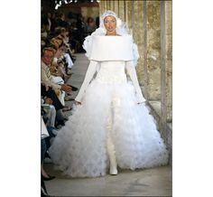 Linda Evangelista au défilé haute couture Chanel automne-hiver 2003-2004 http://www.vogue.fr/mariage/inspirations/diaporama/les-robes-mythiques-de-la-haute-couture/15990