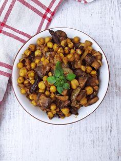 Ciecierzyca z pieczarkami to moja propozycja na szybki, smaczny i pożywny obiad. Suszone grzyby nadają ciecierzycy charakteru, a pieczarki ją dopełniają.