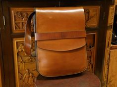 Description of leather bag for men, handmade :  Mens leather bag, to use hanging on the shoulder or shoulder bag, sewn with hand waxed thread, rear exterior pocket, and pocket interio in deerskin, available in medium brown, dark brown, black, red or burgundy, excellent finish. Very convenient and practical bag.