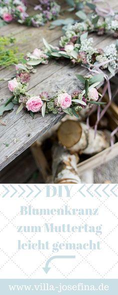 Blumenkranz binden - leicht gemacht. Der Kranz macht sich wunderbar als Wandschmuck, als Muttertagsgeschenk, als Tischdeko und als Geschenk für kleine Blumenmädchen. Vielleicht bindet ihr am Muttertag auch einfach alle (Tochter, Mama, Oma) gemeinsam Kränze. DIY, Blumenkranz binden, Muttertag, schnelle Geschenkidee, Mittsommer
