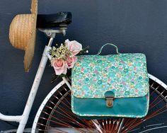Pour profiter des beaux jours et des pique-nique qui s'annoncent, que diriez-vous de sacoches à vélo? J'ai choisi le vert paon pour le simili cuir et le Liberty Betsy turquoise en coordonné! Simili defilenétoile.com, Liberty cousette.com, clips cartable...