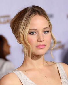 Jennifer Lawrence's pretty hair and makeup at the Mockingjay Part 1 premiere