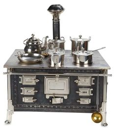 Grand German Tin and Nickel Toy Stove with Original Utensils by Maerklin. Mini Kitchen, Miniature Kitchen, Toy Kitchen, Miniature Dolls, Miniature Furniture, Doll Furniture, Dollhouse Furniture, Antique Dolls, Vintage Dolls