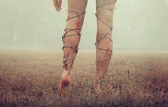 Eu quero andar, eu quero seguir em frente, eu quero ser forte, mas...esses arames que se prendem em meus pés me machucam a cada passo que eu dou, eu não sou fraco(a), ninguém é, a culpa não é minha se esses arames se afundam cada vez mais em meus pés, e assim...caminhar fica mais difícil —Cookie