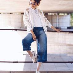 Páh! 💥👊🏻🔝 Truque para tirar o foco do quadril e usar a pantacourt jeans? Chame a atenção toda para a parte de cima do corpo, com cores claras, textura (bomber deusa 😻) e acessórios chamativos, como o óculos e bandana, assim o foco fica em cima e o quadril esquecido. Se for baixinha só colocar um saltinho (vale uma Anabela ou plataforma). 🔝👌🏻😉 Tudo da coleção nova de verão @amarofashion acabando comigo 🙈😻, muito apaixonada! No blog que tem mais 2 Looks lindos e corre porque já tem…