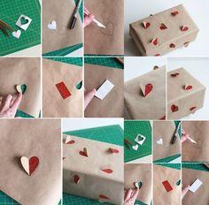 boîte en carton enveloppée de papier brun et décorée de cœurs 3D pailletés