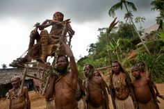 Picture of people carrying a mummy in Papua New Guinea