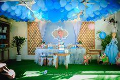 Toalha de filó foi a escolha para vestir a mesa, ela trouxe ainda mais delicadeza para a decor Birthday Cake, Table Decorations, Home Decor, Wooden Candle Holders, Once Upon A Time, Cinderella, Girly Girl, Towel, Birthday Cakes