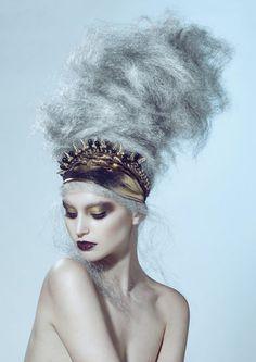 Photographie de mode d'un modèle portant sur le visage un maquillage artistique.
