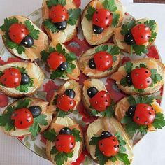 Base is made up of sliced bagettes, cream cheese, smoked salmon and flat leafed parsley. Lady-birds (or Lady-bugs) are cherry tomatoes and black olives. Cute Food, Good Food, Kreative Snacks, Book Club Snacks, Food Art For Kids, Food Carving, Food Garnishes, Xmas Food, Snacks Für Party