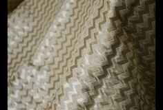 Ceci est une belle benarse pur brocart de soie tissu motif floral en beige et or. Le tissu illustrent or Chevron Tissage sur fond beige.  Vous pouvez utiliser ce tissu pour faire des robes, des...