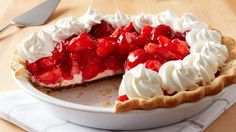 Black Bottom Strawberry Cream Pie - You'll love this rich, fruity dessert with hot fudge between a flaky crust and a creamy filling. Strawberry Cream Pies, Strawberry Desserts, Köstliche Desserts, Strawberries And Cream, Delicious Desserts, Dessert Recipes, Strawberry Shortcake, Banoffee Pie, Hot Fudge
