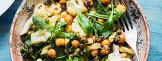 Découvrez cette recette végétarienne à base de pâtes associées à du chou-fleur et des pois chiches grillés, câpres croustillants et roquette au citron.
