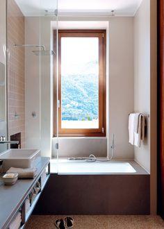 Une petite salle de bain avec vue sur les montagnes