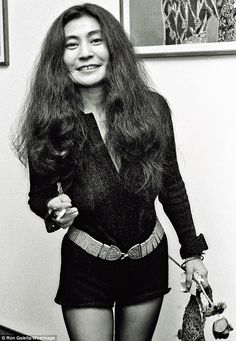 I dont care about what anyone says, I love Yoko Ono, shes my favorite beatle wife. I've loved Yoko ever since I loved The Beatles! She was my first favorite Beatles girl! Les Beatles, John Lennon Beatles, Susan Sontag, Phoebe Philo, John Lennon Yoko Ono, Wife And Girlfriend, Style Vintage, 1960s Style, Vintage Music
