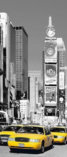 Fotomural puerta Wizard Genius NYC Times Square 525, imagen de la ciudad de Nueva York en blanco y negro y con los taxis en color amarillo.