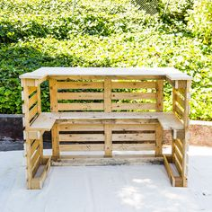 DIY This Pool Bar Made from Pallets to Step Up Your Backyard Game diy bar Pool Bar, Bar Patio, Outdoor Garden Bar, Outdoor Pallet Bar, Backyard Bar, Backyard Games, Outdoor Bars, Diy Pallet Bar, Pallet Patio