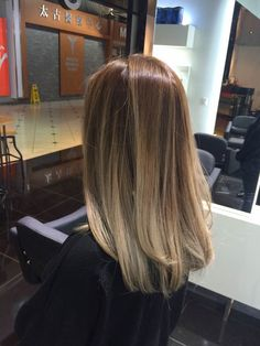 Medium Choppy Cut With Ash Ombre - 40 Glamorous Ash Blonde and Silver Ombre Hairstyles - The Trending Hairstyle Brown Hair Balayage, Hair Color Balayage, Hair Highlights, Ombre Hair, Bayalage, Gorgeous Hair Color, Mi Long, Hair Looks, Hair Lengths