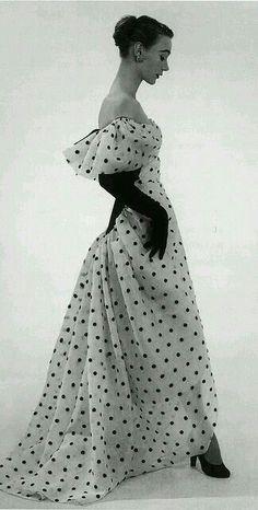 Balenciaga, 1952. Retro Mode, Vintage Mode, Glamour Vintage, Vintage Beauty, Vintage Clothing, Vintage Dresses, Vintage Outfits, Vintage Shoes, Moda Popular
