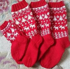 Jouluiset Metsäretki- mallin sukat (novita) Crochet Socks, Knit Or Crochet, Knitting Socks, Mitten Gloves, Mittens, Fair Isle Knitting Patterns, Knit Stockings, Christmas Knitting, Baby Sweaters
