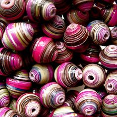make paper beads tutorial I really want to try making these... doesnt seem to hard. :)