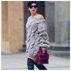 WEBSTA @ mirstores - Носите объемный свитер с фактурным рисунком «лук», как платье. Вдохновитесь образом Розы @moodyroza ▪️Цвет: Серый▪️Стоимость: 8500 руб.▪️Состав: 100% шерсть▪️Размер: One sizeRoza wears MIRSTORES oversized cable hand knitted sweater with onion pattern in color grey like dress.#mirstorespeople #newcollection #fw2016 #grey