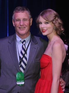 Taylor Swift's dad Scott owns of her record label. Fans see Taylor Swift's mom Andrea more than her father, Scott, but in a recent Rolling Stone Taylor Swift Songs, Taylor Swift Parents, Taylor Swift Family, Young Taylor Swift, Taylor Swift Pictures, Taylor Alison Swift, Celebrity Dads, Female Singers, Her Music