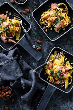 Schnelle Safran Pasta mit spicy Lachs und Oriental Mandeln – Einfache, schnelle und trotzdem raffinierte Pasta Küche. Pesto Pasta, Paella, Ethnic Recipes, Food, Almonds, Meals