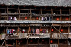 Traditional Chinese Tulou House Un tulou (chinois : 土楼 ; pinyin: tǔlóu, littéralement « construction de terre ») est une forme traditionnelle de résidence communautaire de l'ethnie hakka que l'on trouve dans la province du Fujian, au sud de la Chine. De forme circulaire ou rectangulaire, il peut accueillir plusieurs centaines de personnes. Une ou deux portes permet d'entrer dans le bâtiment, les portes des appartements étant au center du batiment. Des coursives permettent d'y accéder dans…