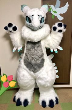 Why does this fursuit look like a white toothless????