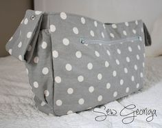 Stroller Tote {free pattern & tutorial} More Like Home: Stroller Tote {free pattern & tutorial}<br> One of our most popular posts lately has been the Stroller-Friendly Diaper Bag tutorial. You guys have been loving it for the same reasons . Diaper Bag Tutorials, Diaper Bag Patterns, Bag Patterns To Sew, Sewing Patterns Free, Baby Patterns, Stroller Bag, Bag Pattern Free, Baby Kind, Baby Sewing