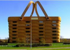 The Basket Building - Right here in Ohio! This may look like a picnic basket kept in the park. But this actually is a building which is Longabergers Home Office located in Newark, Ohio. Unusual Buildings, Interesting Buildings, Amazing Buildings, Eco Buildings, Building Design, Building A House, Nest Building, Architecture Unique, Architecture Images