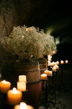 """Unas cuantas ideas fabulosas para una boda de """"viñedo"""": utilizar los barriles con velas y/o """"aliento de bebé"""" puede dar un toque romántico y especial al lugar"""