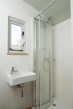 A folding glass shower! Small Cabin Bathroom, Cabin Bathrooms, Blackdown Shepherd Huts, Shepherds Hut, Retro Caravan, Tiny House Living, Glass Shower, Light House, Tiny Homes