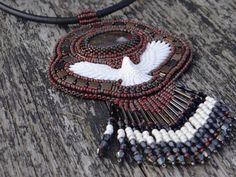 Pendentif rouge, médaillon brodé à la main, style amérindien, cabochon d'œil de fer (jaspe hématoïde), totem aigle serti de perles de verre Serti, Beaded Embroidery, Beadwork, Etsy, Jewelry, Fashion, Glass Beads, Unique Jewelry, Objects