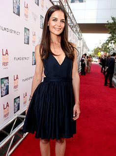 navy simple V neck dress, nude heels.no wait fabulous nude heels :) Classy Sexy Outfits, Katie Holmes, V Neck Dress, Sensual, Fashion Pictures, Playing Dress Up, Nice Dresses, Celebrity Style, Celebrities