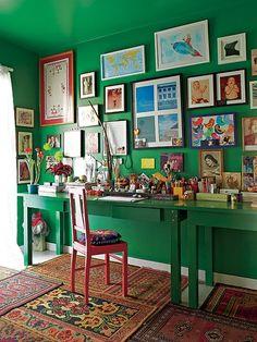 O diretor de arte Thiago Bastos trouxe do antigo apartamento a mesa de jantar, que hoje funciona como escritório. As paredes, pintadas da mesma cor do móvel, exibem fotos de família e recordações de viagens. No chão, composição de tapetes arraiolos