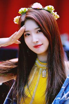 Photo album containing 28 pictures of Sihyeon Kpop Girl Groups, Korean Girl Groups, Yoo Jae Suk, Bias Kpop, Theatre Problems, Theatre Quotes, Yuehua Entertainment, Korean Bands, Mamamoo