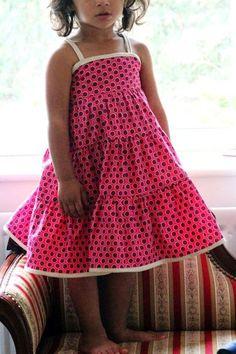 Une robe à volants de Widi Créations très appréciée par les demoiselles. Le plus de ce modèle est d'avoir un empiècement dos totalement élastiqué pour un bon maintien. Le patron du corsage est prévu de la taille 2 à 8 ans. Les instructions et fournitures...