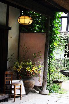 花を活けることが好きだった正子さん。邸内ではいたるところに、自然の草花が美しく飾られています。